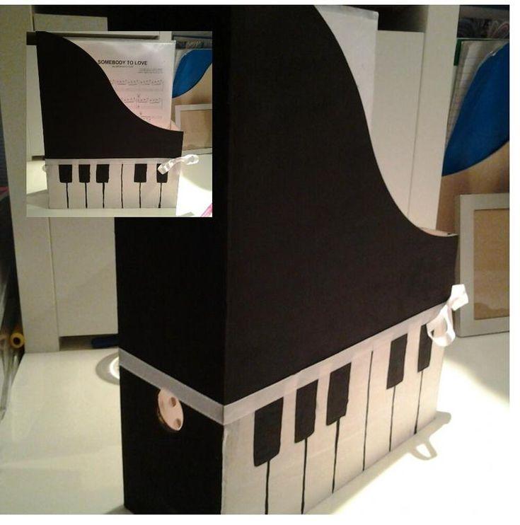 Foto: Heel simpel,maar owzoo leuk! een houten ''bakje'' van de ikea of xenos, geverfd voor de piano muziek van mijn zus. Nu staat haar bladmuziek opgeruimd en wel op onze mooie piano.. Geplaatst door Jobkevb op Welke.nl