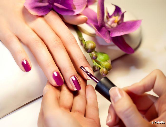 Para conseguir uma esmaltação perfeita, invista em uma boa preparação e aprenda a fazer os movimentos certos com o pincel #unhas #manicure #esmaltação