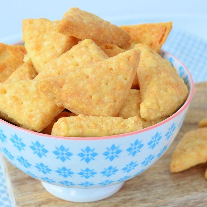 Ook zo dol op hartige snacks met kaassmaak? Maak dan zelf deze kaaskoekjes! Je hebt maar drie ingrediënten nodig voor deze lekkere snack!