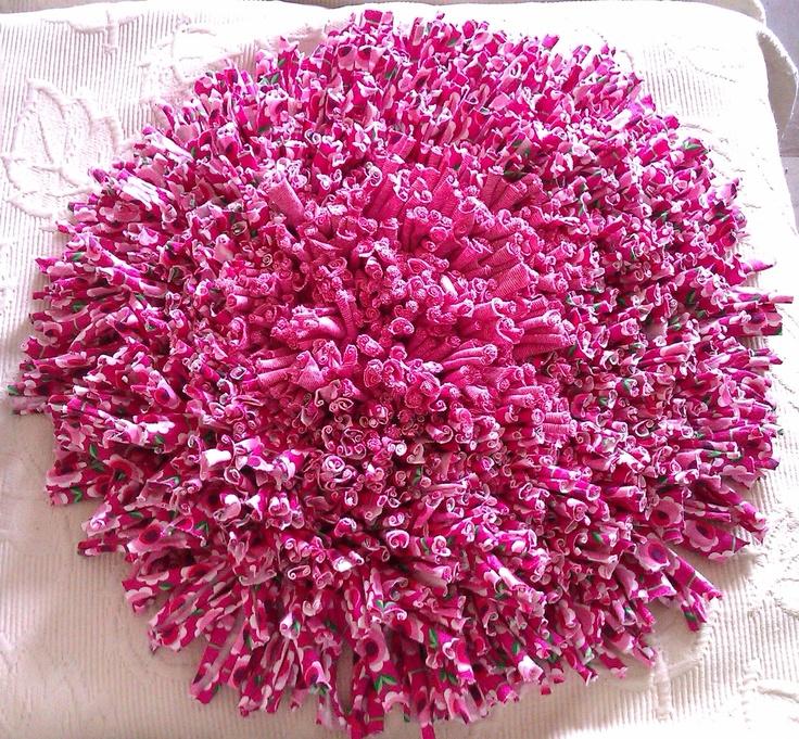 Alfombra redonda en tonos Rosas.  Medida: 35 cm de base, con flecos 48cm aprox.  Usos: Baño, Dormitorios, cubre silla, apoya pies, etc.