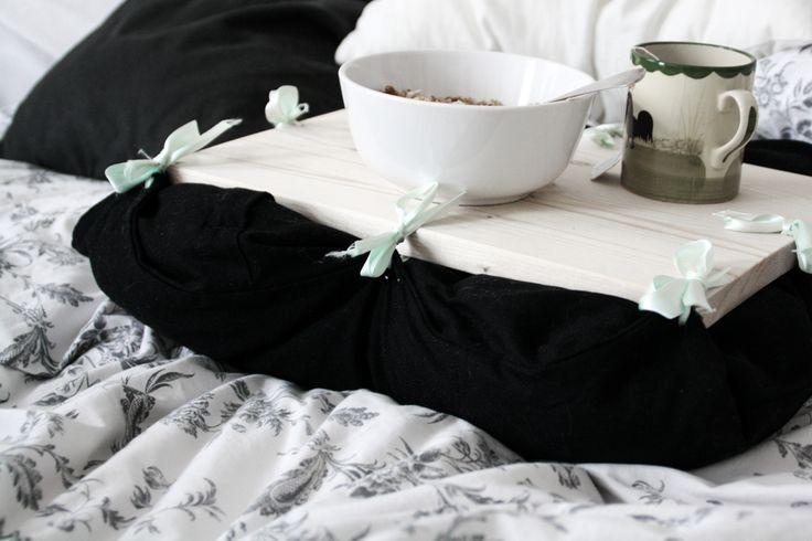 Für alle, die gerne viel Zeit im Bett verbringen, ist eine kleine Ablage für das flauschige Nest unverzichtbar. Ob für ein entspanntes Frühstück am Sonntag oder Studium/Arbeit von zu Hause… Weiterlesen