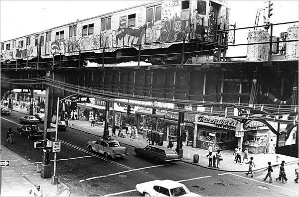 16.Una de las corrientes que han ido surgiendo de la evolución de la pintura mural es el graffiti,  estilo de pintura mural que nace principalmente en las calles de Nueva York, como motivos de protesta política y racial, y como diferenciación de bandas. Se desarrolla principalmente en el medio urbano, y tiene como característica más principal el uso del aerosol, gracias a su perdurabilidad, manejo y rapidez. Sus comienzos más conocidos son en el metro de Nueva York.