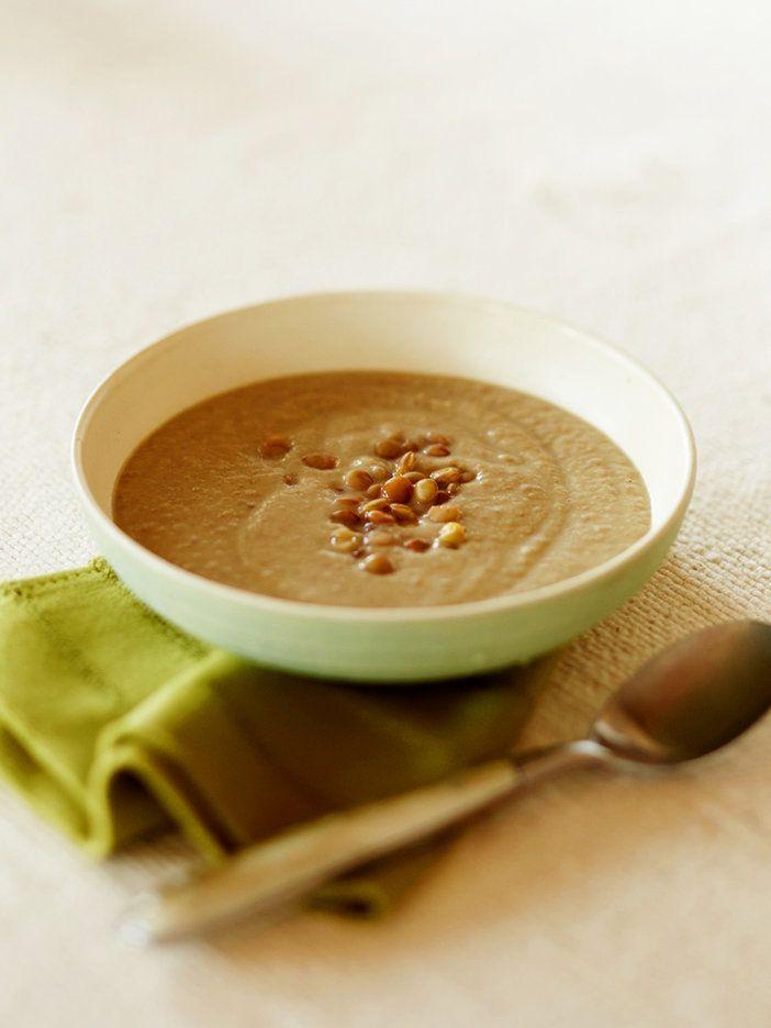 火の通りやすいレンズ豆は、水に浸さなくともそのまま煮たりゆでたりして使える、手軽な豆。形を残すくらいにつぶして、触感も楽しめるポタージュに。|『ELLE a table』はおしゃれで簡単なレシピが満載!