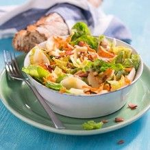 1. Salat in Stücke zupfen, waschen und trocken schleudern.2. Die geschälten Karotten in das...