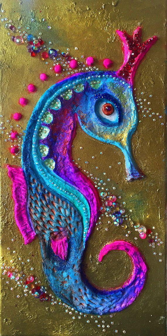 Esta escultura abstracta de la pared se titula Seahorse. Esta pieza tiene gruesas capas de pintura en una variedad de color..., diamantes de imitación y modelado de pasta. Cada pieza de las texturas es formada a mano. Siempre he sentido que las más sorprendentes formas, estructura, color y texturas se encuentran dentro de la naturaleza y que la exposición a estos elementos han sido mi inspiración y mi maestro. Dibujo es la creación del pensamiento; Trae una idea a una página que luego me…