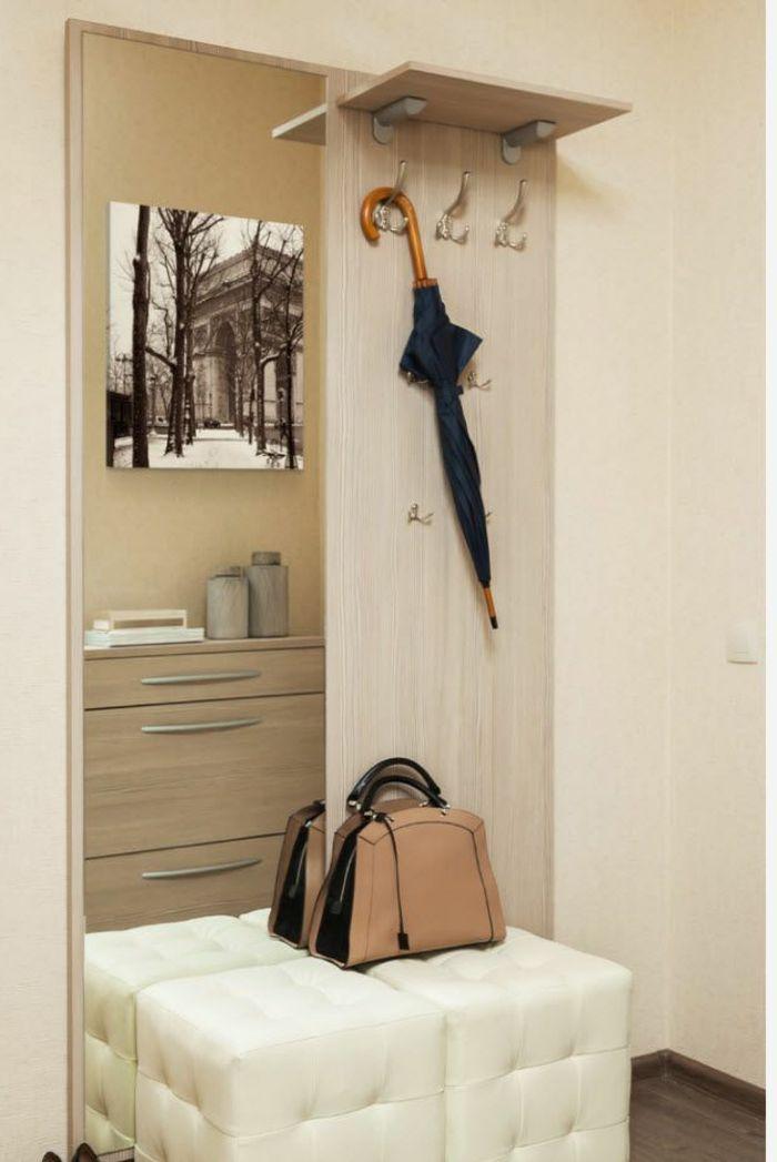 bonito recibidor con taburetes tapizados en capitoné color champán, muebles entrada y paredes decorados en beige