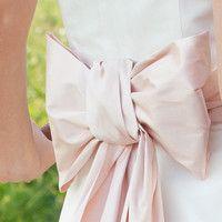 große zierschleife aus dupionseide (http://www.noni-mode.de) wedding dress with big, pink bow.