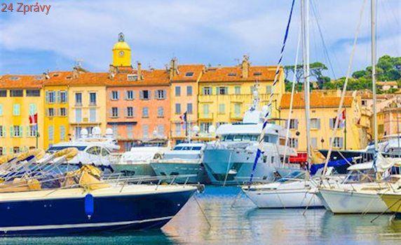 Luxusní jachty odplouvají ze Saint-Tropez. I pro ně je tam až příliš draho