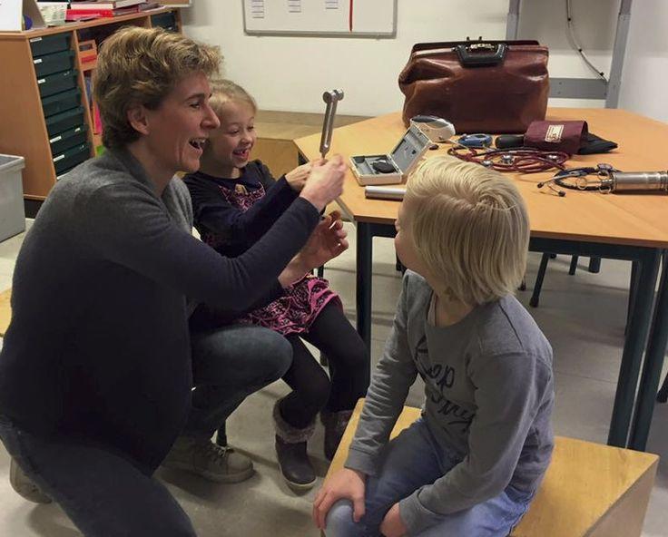 OBS De Kameleon Mill | Huisarts en ouder Ellen Gest kwam in groep 3 en 4 op bezoek om ons alles te vertellen over haar beroep. Wat was het interessant! We hebben haar het hemd van het lijf gevraagd en alle spullen uit de dokterstas uitgeprobeerd. Hartelijk dank Ellen!!