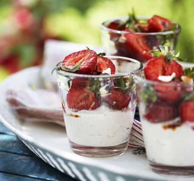Marinerade jordgubbar med mascarponekräm