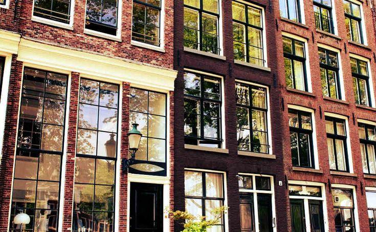 17. yüzyıl, Hollanda'nın altın çağı idi. Hollanda'nın başkentiAmsterdam, Ortaçağ'da ufak bir bataklık kasabası iken 17. yüzyılda ticari, bilimsel ve sanatsal açıdan neredeyse bütün Avrupa'yı kıskandıracak güçlü bir metropole dönüştü. Tüm dünyadan ürünler şehrin devasa pazarında alındı, satıldı, takas edildi ve şehrin rakip tanımayan taşıma endüstrisi tarafından tüm Avrupa'ya dağıldı. Gelişen ticaret sektörünü desteklemek için Amsterdam şehri finans konularında da öncü oldu ve 1700 yılında…