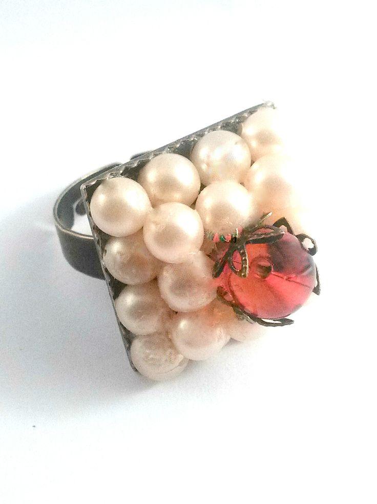 bague réglable en métal bronze cabochons en perles nacrées écru et perle en verre rouge : Bague par chely-s-creation