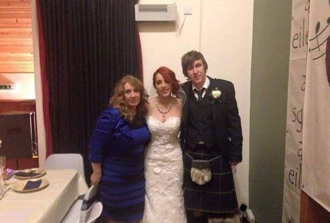 La foto del vestido llevado por su dueña el día de la boda de su hija.