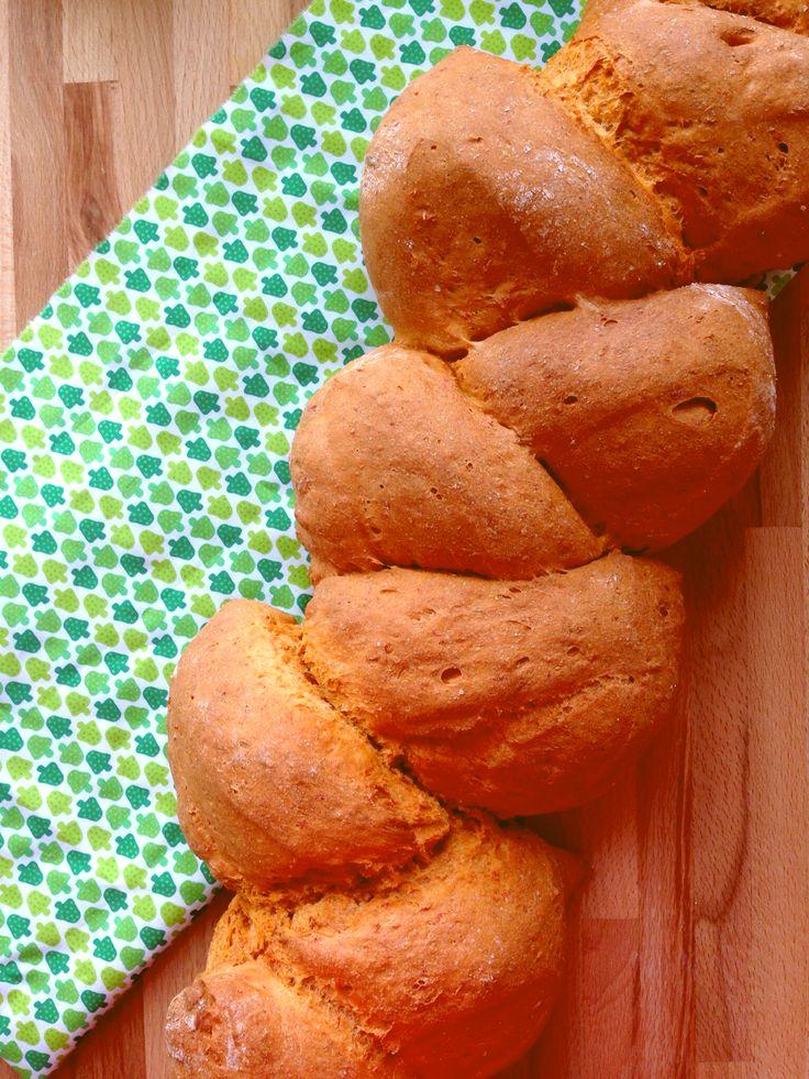 Brød med røde peberfrugter.1 brød: 5 røde peberfrugter 5 dl vand 50 g gær 750 g fuldkornsspeltmel 1/2 tsk. salt 1 spsk. sirup 1 spsk. olivenolie 1 kg speltmel
