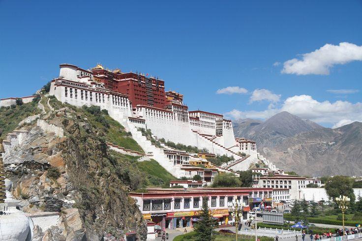 """A Potala palota egy szanszkrit elnevezés, amely lefordítva """"Buddha hegye"""" jelentéssel bír. Ez a káprázatos épület a Tibeti autonóm területen van, Lhásza városától picit nyugatra helyezkedik el a sziklás Vörös domb tetején. Ez a 13 emeletes építmény kb.   #buddhizmus #dalai láma #Potala palota #tibet"""