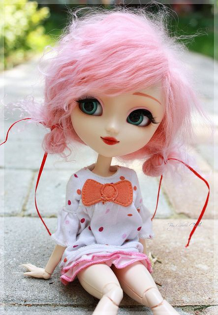 Lola pullip waiting for her friends to arrive so they can go shopping. <3
