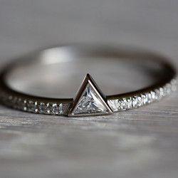 とってもエレガントなダイヤモンドリング。エンゲージリングや結婚指輪をイメージして作りました。リングバンドの半分には1mmのダイヤモンドをつけました。商品の詳細(写真)14k ソリッドホワイトゴールド使用。0.10 カラットのトリリオンカットダイヤモンド : 色度(G) / 明度(VS)リングの半分についているダイヤモンドは 1mmリングの幅は1,3mmです。お値段は変わらず、リングのバンドの色をイエローゴールドまたローズゴールドで作る事もできます。製作には10日営業日頂いております。注文の際はリングのサイズを忘れずに御願い致します。他に質問や要望がありましたら、遠慮なくお問い合わせ下さいませ。