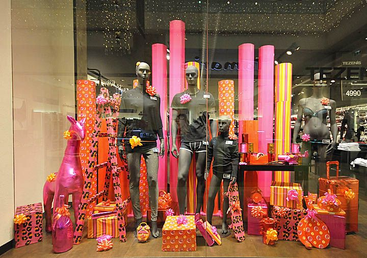 Tezenis Christmas windows 2012 Budapest 02 Tezenis Christmas windows 2012, Budapest. A colorful and unique way of displaying your items.