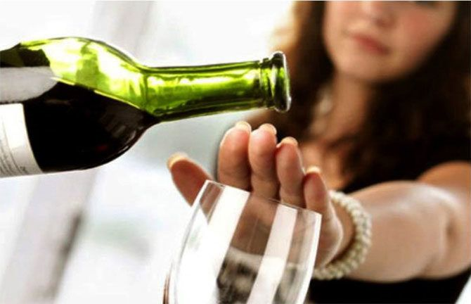 flasa vina, čaša, devojka