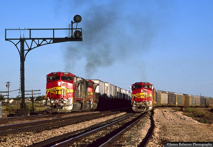 https://flic.kr/p/Tj2Ex9 | Busy Afternoon at Winslow | Minutes after changing crews, Santa Fe 556 West departs Winslow, Arizona with a piggyback train on Oct. 10, 1995. Santa Fe 901 West, leading a train of auto racks, will follow the pig train out of town on the Seligman Subdivision.