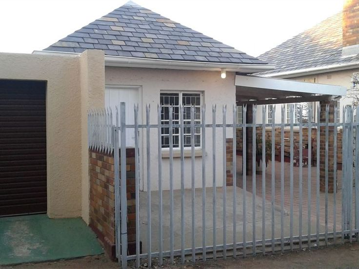 Padlangs - Padlangs offers affordable and clean self-catering accommodation near all the major attractions in Kimberley. We have a fully equipped flat that sleeps four guests and a three self-catering rooms with ... #weekendgetaways #kimberley #diamondfields #southafrica