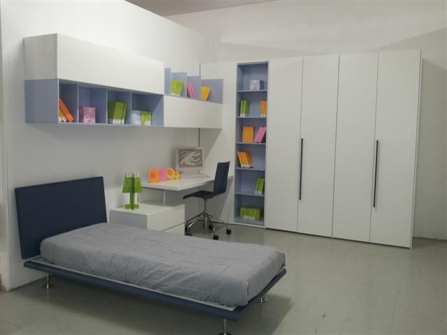 ... . Mis: Parete armadio: L.300cm, P.62cm; parete scrivania: L.350 cm