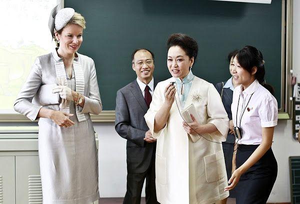 Queen Mathilde and Peng Liyuan visit the Qiyin Experimental Primary School 24 juni 2015