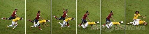 ネイマールを負傷させたスニガに処分の可能性、FIFA  :  サッカーW杯ブラジル大会(2014 World Cup)準々決勝、ブラジル対コロンビア。コロンビアのフアン・スニガ(Juan Zuniga、左)からタックルを受けるブラジルのネイマール(Neymar da Silva Santos Junior)のコンボ写真(2014年7月5日撮影)。(c)AFP/ODD ANDERSEN