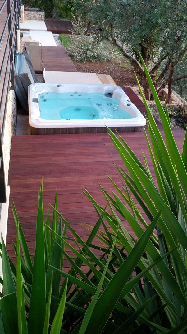 Valentino Esterni . Pedane e gradini attorno a vasca idromassaggio in legno esotico.