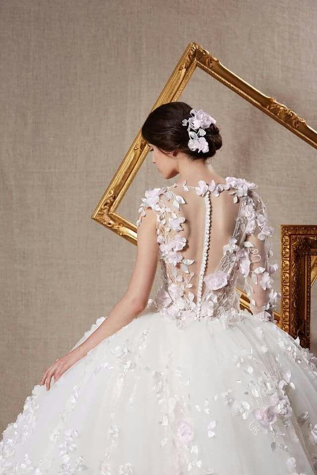 Un bel abito da principessa con gonna amppia e top pieno di petali e fiori