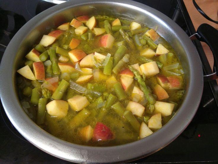 Crema espárragos: 2 manojos espárragos + cebolla + aceite + sal (15'). Añadir manzana + curcuma + pimienta. Batir