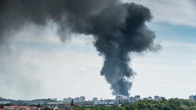 via n-tv.de: Brand in Berliner Asia-Center ausgebrochen Halle soll kontrolliert abbrennen