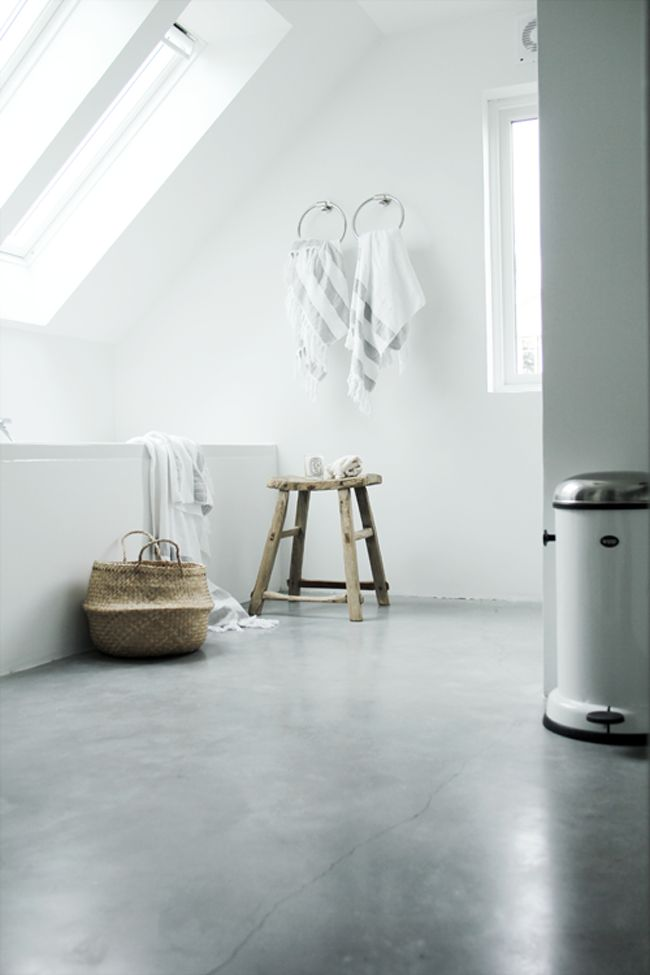 STIL INSPIRATION | Elisabeth Heier´s bathroom | Concrete + white + wood