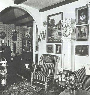 sort/hvis foto af værnemagerbue i gammel stue