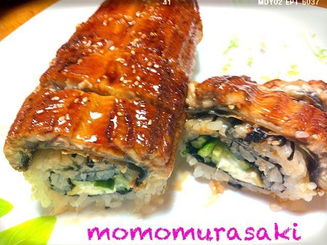 ひつまぶしか、鰻の姿寿司か、悩んでクックパッド検索。ニクソンロールの存在を知りました。中味は、クリームチーズ、キュウリに、アボカドプラスで、つくってみました。娘、美味しかった(o^^o)って - 152件のもぐもぐ - ニクソンロール  土用の丑の日 by momomurasaki