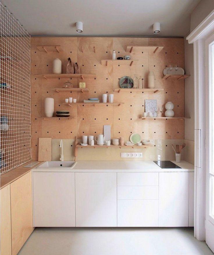 Mini Küche mit großer Lochwand aus Holz