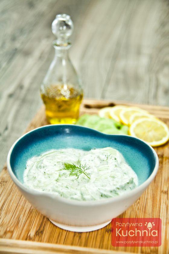 Pyszna #surowka do obiadu czyli #mizeria z ogórków. #ogorki w cieniutkich plasterkach, do tego cebulka i śmietana lub jogurt, może być z koperkiem.   http://pozytywnakuchnia.pl/mizeria/  #kuchnia #przepis