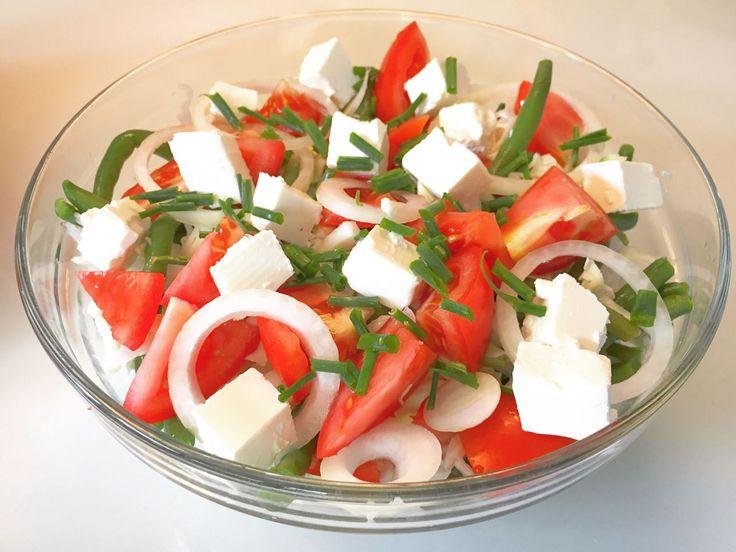 Smagfuld bønne-tomatsalat med fetaost og purløg