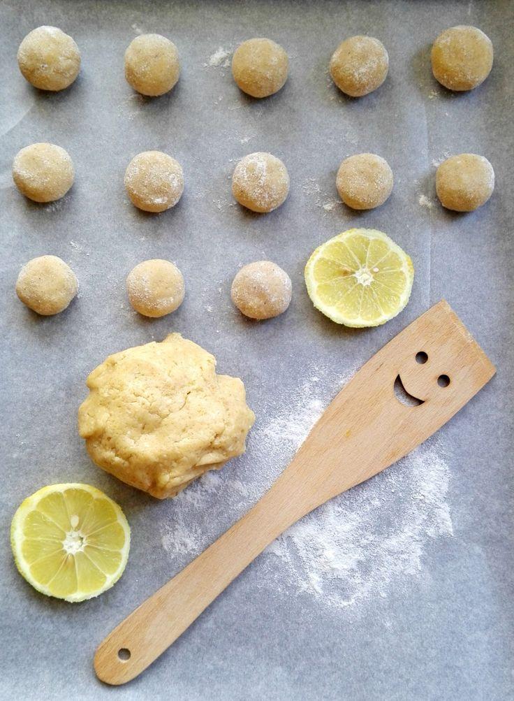 Crinkles patrili vždy k mojim obľúbeným sladkostiam a keďže čokoládu by sme vo veľkom množstve nemali, rozhodla som sa vyskúšať tieto citrónovo-vanilkové.
