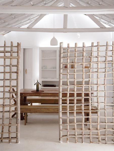 Separador de ambientes entramado de madera en ramas • Beautiful natural wood trellises wall divider #bikinicleanse