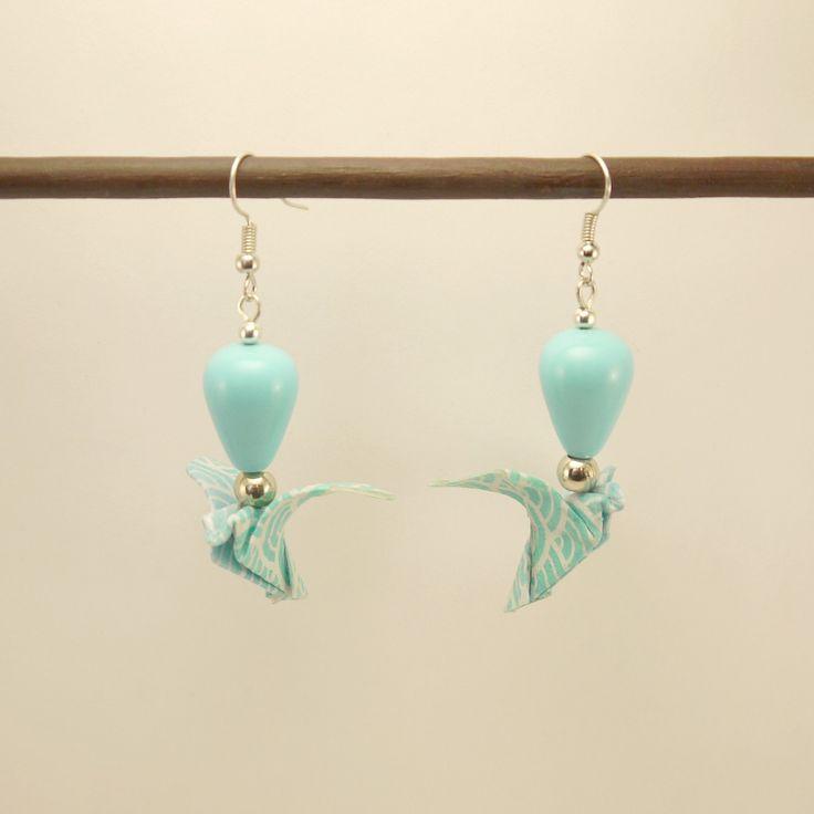 Boucles d'oreille Origami colombe en papier Yuzen bleu ciel et perles céramique bleue ciel : Boucles d'oreille par geb-et-nout