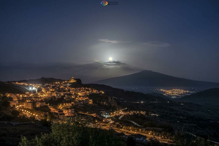 #Etna - 16.09.2016 | La Luna (in eclissi penombrale) e il vulcano stasera, #Cesaró sulla sinistra e il paese di #Bronte in lontananza. #Sicily  ©Photo Credit: Giuseppe Famiani