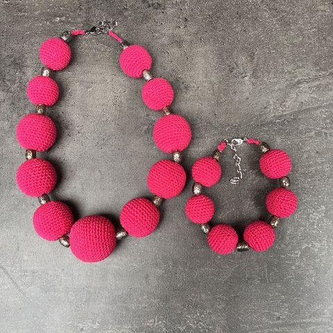 Esmée - Ketting + Armband Gehaakt ketting en armband in flashy pink!  De reden waarom we dit juweel esmée noemen? Omdat haar naam al even flashy klinkt als het felle roze van het gehaakte juweel.