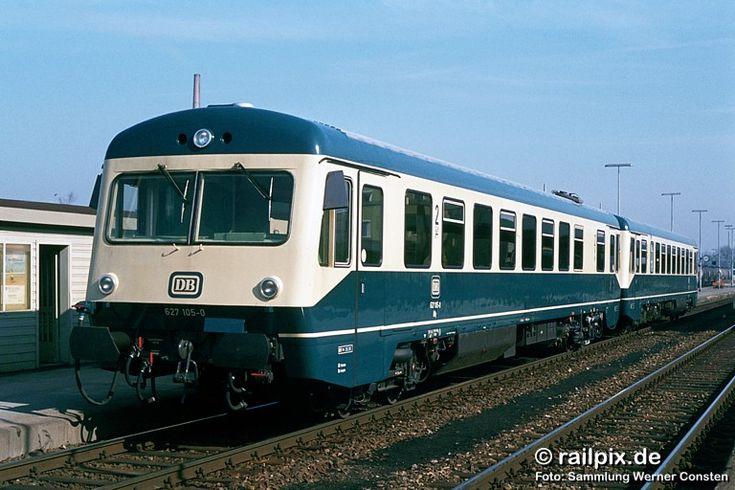627 105-0 und ein weiterer 627.1 am 25. März 1982 in Buchloe. Aufnahme: Sammlung Werner Consten