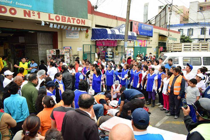 """Comerciantes y bomberos de la Lima 4 sofocaron incendios desatados en el techo del mercado. Los cimientos del antiguo Mercado Lobatón, de Lince se """"estremecieron al máximo"""", desatándose """"desprendimientos"""" de paredes e """"incendios"""" en el techo que dejaron como saldo 10 heridos, en el simulacro de sismo y tsunami que a las 4 de la tarde """"azotó"""" hoy al país."""