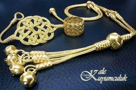 Trabzon kazzaz sanatı. Kazaziye, ipek veya naylon ip üzerine burularak 0.08 mikron inceliğinde sarılan 24 ayar altın ve 1000 ayar gümüş tel ile yapılan bir el sanatıdır.