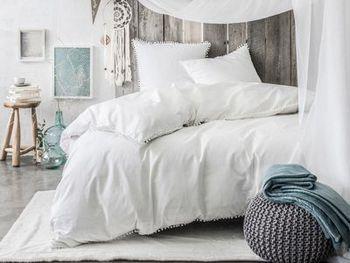 Pour un style bobo chic dans votre chambre, optez pour la parure housse de couette, taies d'oreiller, blanche finition pompoms, on adore http://www.decoration.com/parure-housse-de-couette-blanche-pompoms-delamaison,fr,4,3428010.cfm