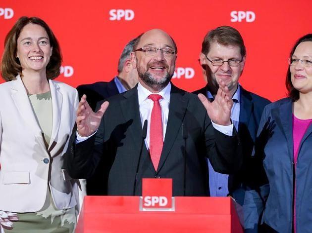 Der SPD-Parteivorsitzende, Martin Schulz, spricht in Berlin im Willy-Brandt-Haus nach der ersten Hochrechnung zur Landtagswahl in Niedersachsen.