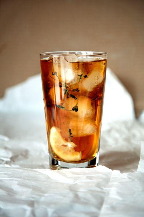 Чай со льдом и лимоном. Берем любимый стакан, засыпаем в него до верху кубики льда, кладем веточку тимьяна и две-три дольки лимона, поливаем ванильным сиропом и лимонным соком по вкусу, и наконец заливаем эту красоту...