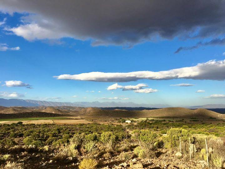 Ein Gewitter zieht auf über der Kleinen Karoo. In den heißen Quellen des Warmwaterbergs stört uns das nicht.